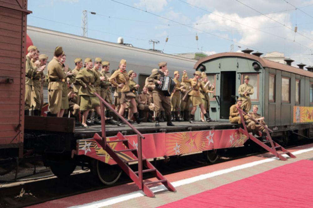 После концерта все желающие смогли ознакомиться с экспозицией выставки «СКЖД в годы Великой Отечественной войны», расположенной в вагонах поезда-музея. У вокзала была развернута полевая кухня.