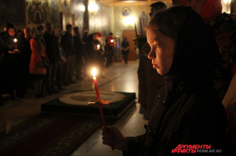 Многие пришли на праздничную церковную службу с детьми.