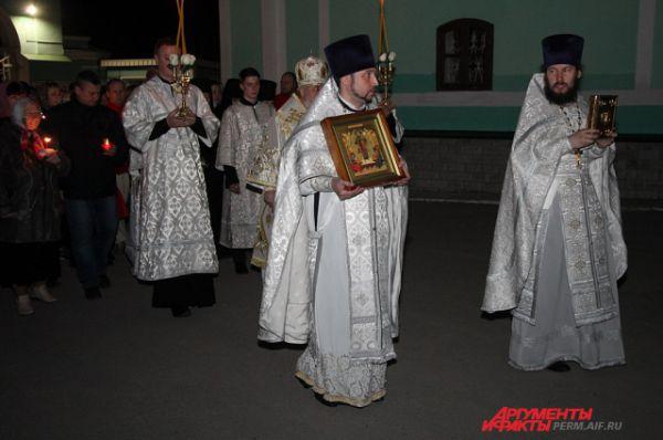 Во время Крестного хода церковные служители несли самые главные иконы и хоругви.