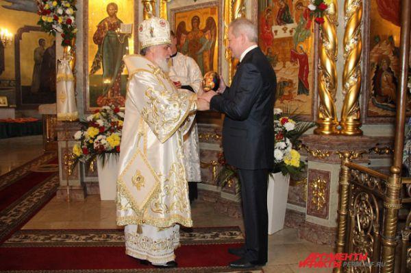 Митрополит Пермский Мефодий и губернатор Пермского края Виктор Басаргин обменялись традиционными подарками - пасхальными яйцами.