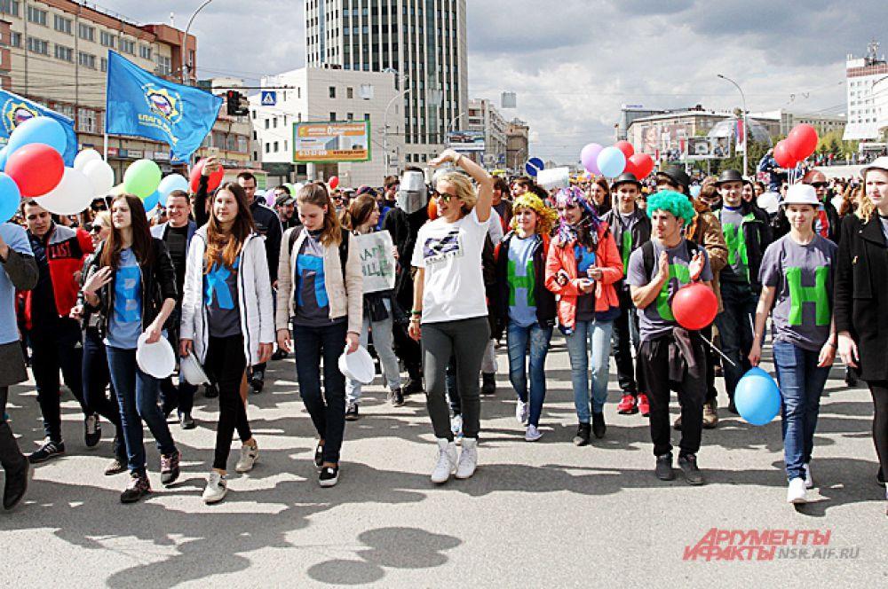 Впервые в этом году в Новосибирске прошла акция «Всешествие». С музыкой и в разных костюмах яркая колонна прошла по Октябрьской магистрали.