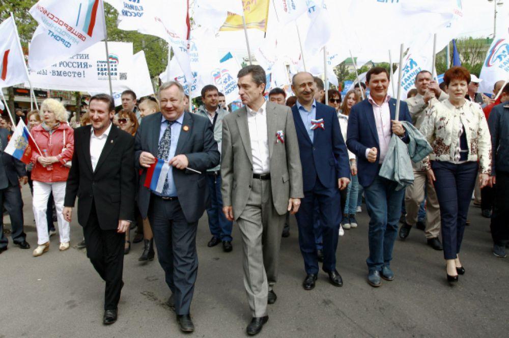 Участники шествия демонстрируют многочисленные баннеры и транспаранты.