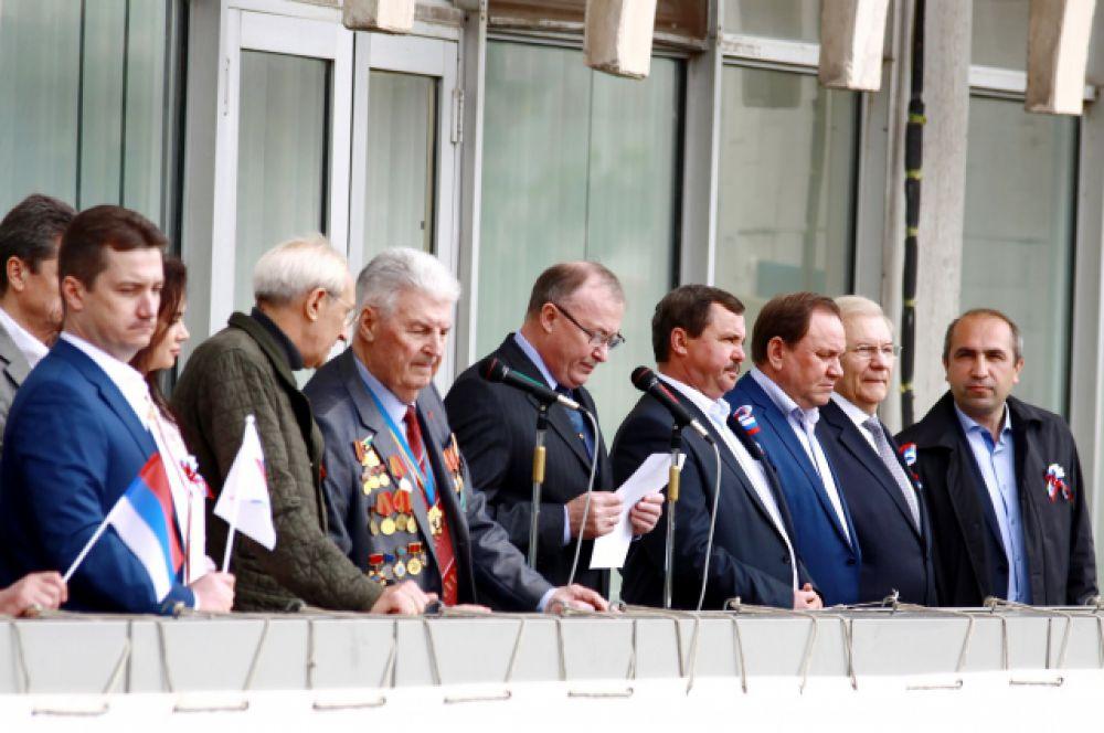 Ведёт митинг председатель Федерации профсоюзов Ростовской области Александр Лозыченко.