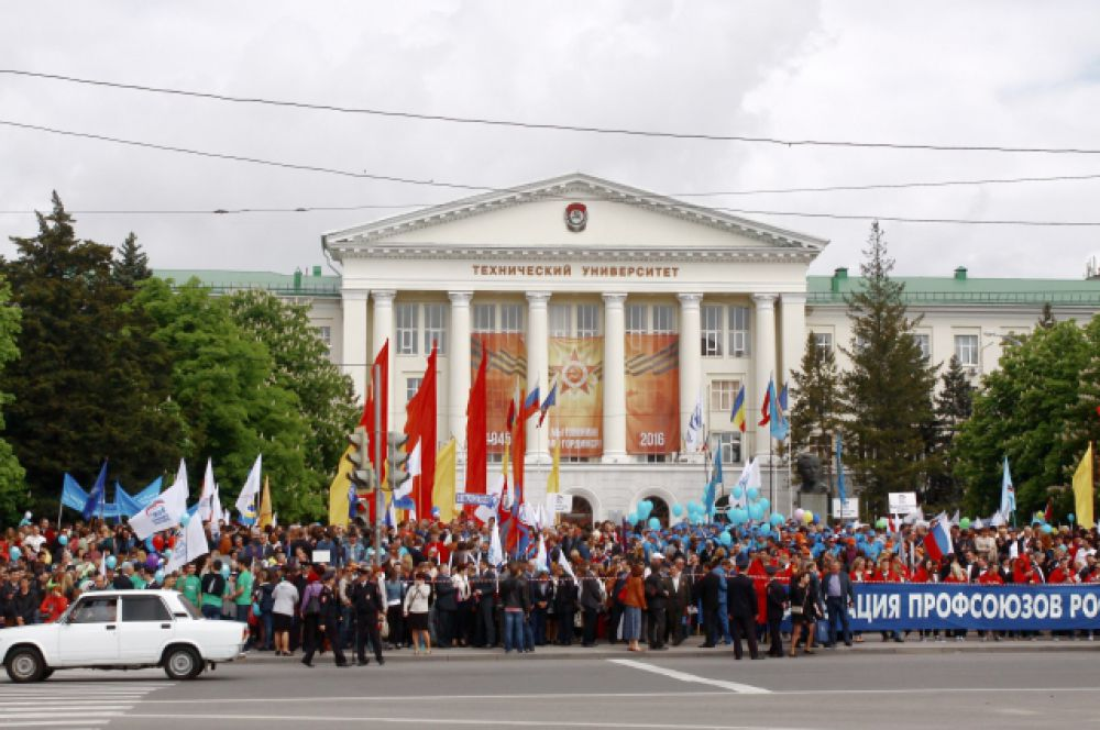 Первомайское шествие Федерации профсоюзов Ростовской области всегда берёт начало на площади Гагарина доской столицы, у стен ДГТУ.