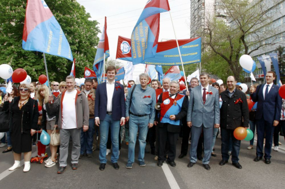 Во главе разноцветной колонны – знаменосцы с российскими триколорами, знамёнами Ростовской области и Федерации профсоюзов Ростовской области.