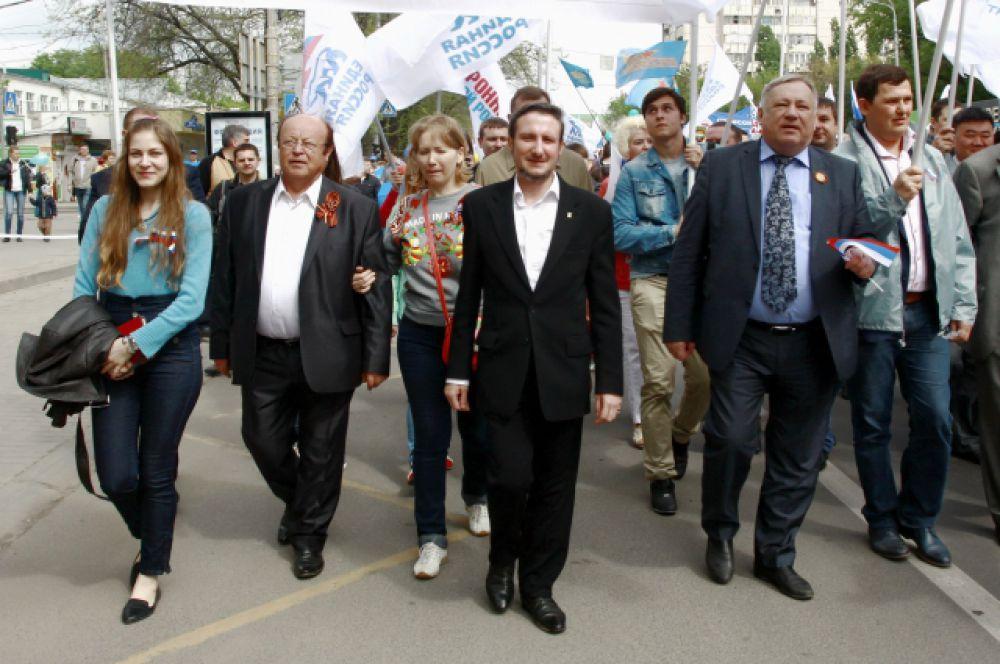 Организованные блоки демонстрантов возглавляют руководители и активисты всех отраслей членских организаций ФПРО.