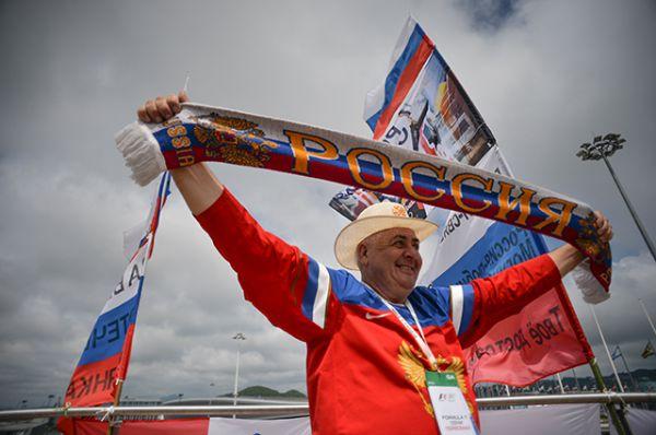 Российский болельщик перед стартом Гран-при России–2016 в Сочи.