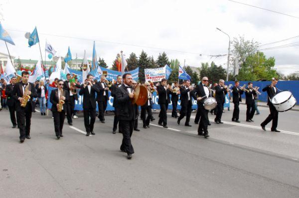 Колонна движется по проспекту Ворошиловскому Ростова-на-Дону под праздничные звуки оркестра.