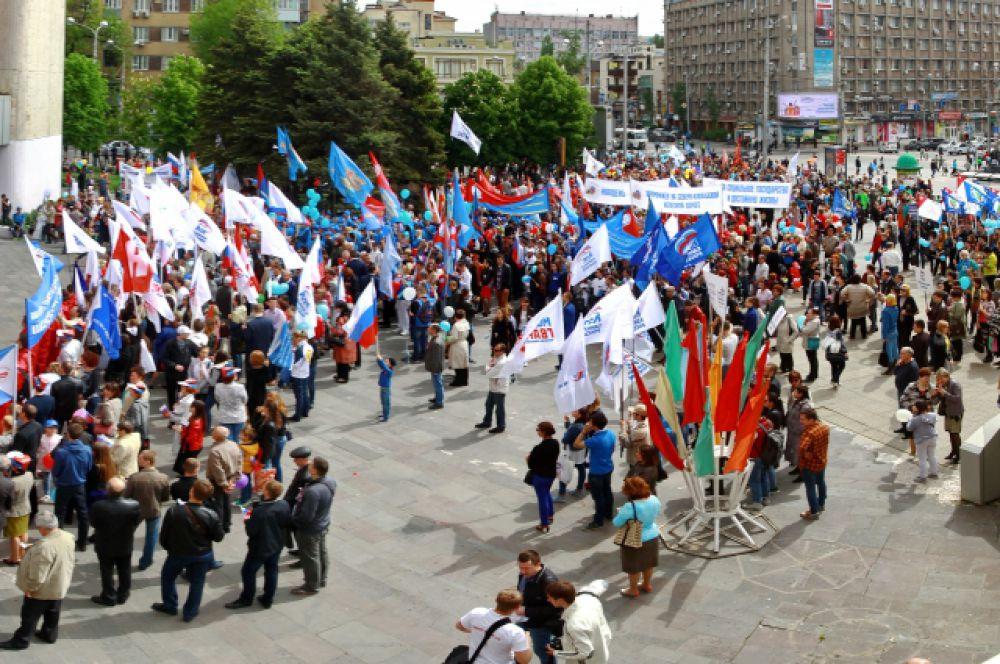 Выступающие говорят о солидарности, единстве, справедливости, призывают работодателей к своевременной выплате зарплат, к социальным гарантиям для работающих, к снижению тарифов.