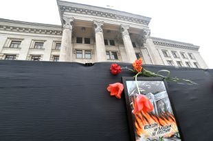 Здание Дома профсоюзов в Одессе, возле которого проходит акция памяти по погибшим 2 мая 2014 года в результате беспорядков.