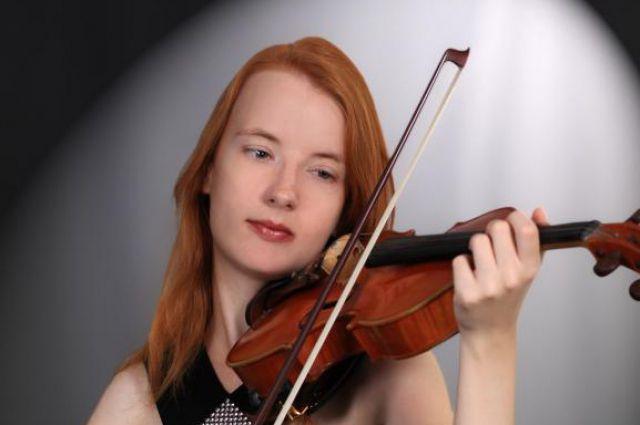В её руках скрипка словно живая: плачет, смеётся, торжествует.