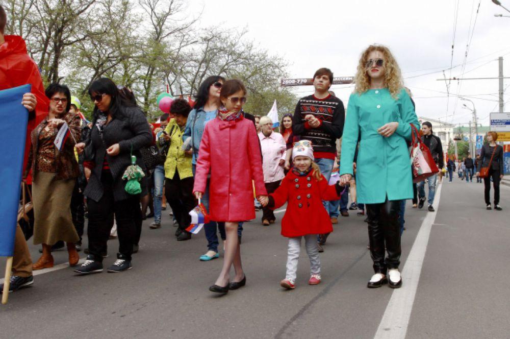 В первомайской демонстрации участвовали не только трудовыми коллективами, но и целыми семьями.