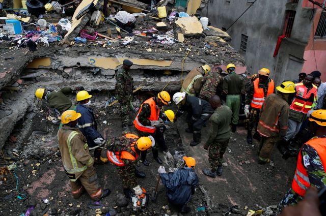 ВКении из-под фрагментов здания спасли ребенка