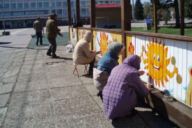 Накануне майских праздников педагоги детской художественной школы города расписали веранду «Территория детства».