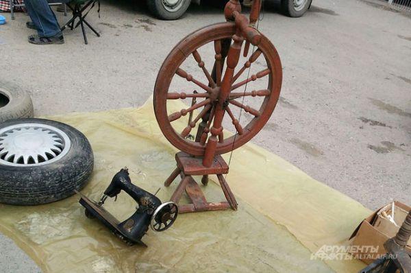 Здесь можно встретить старинную прялку и не менее старинную швейную машинку.