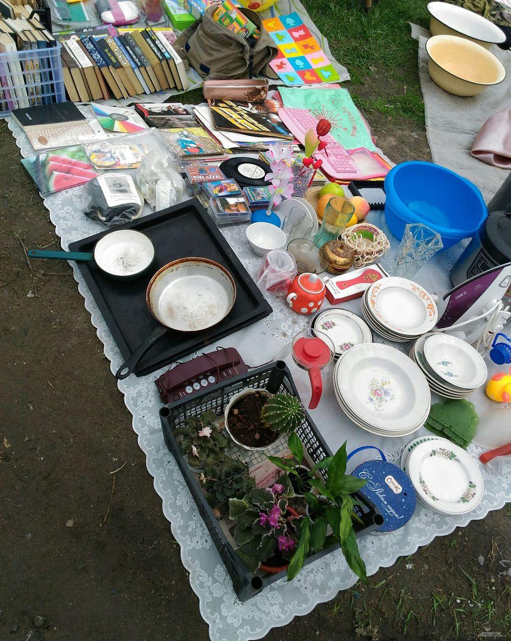 Здесь продают много посуды, чаще - советского образца.