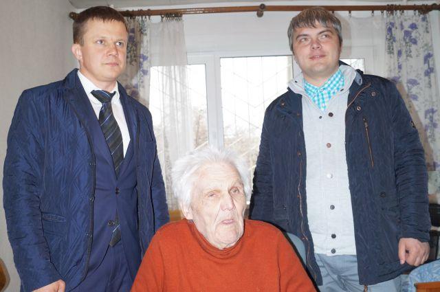 Роман Голышев (справа) и Сергей Сенин в гостях у ветерана Николая Васильевича Бабешко.