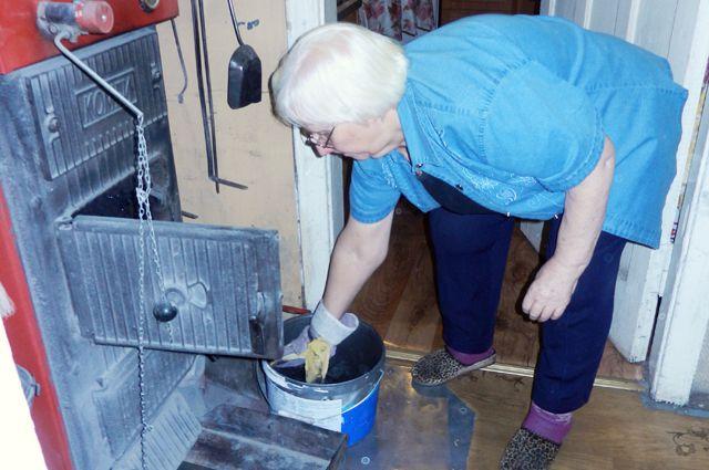 В XXI веке в Санкт-Петербурге все еще приходится топить печь.