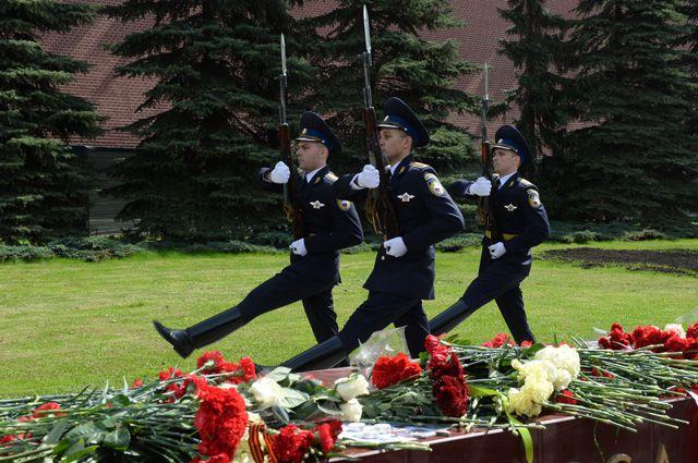 Военнослужащие роты почётного караула в Александровском саду в Москве.