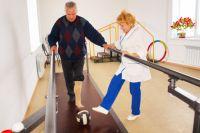 Инструктор ЛФК Валентина Шабунова проводит занятия по обучению ходьбе на протезе.