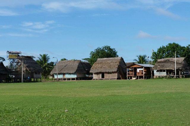 «Гостевой дом» расположен около единственного зелёного поля в центре деревни.