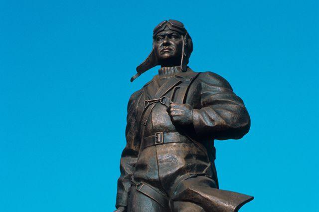 Памятник Алексею Маресьеву, установленный на его родине, в городе Камышине.