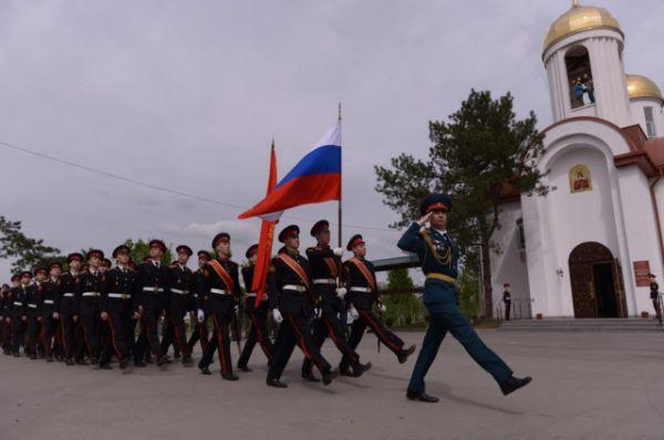 Затем студенты, преподаватели, сотрудники ДГТУ и жители города приняли участие в марше.