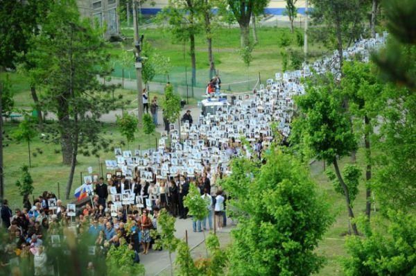 Помимо участников марша на площади находились зрители – шествие транслировалось в прямом эфире на экране, установленном перед главным корпусом ДГТУ.
