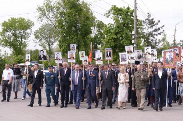 Они прошли колонной от студенческого парка к площади Гагарина и пронесли транспаранты с портретами своих родственников, участвовавших в Великой Отечественной войне.