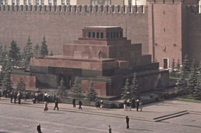 «Пирамида» у Кремля была двухместной – с 1953 по 1961 год. На фото – Мавзолей Ленина и Сталина в 1957 году.