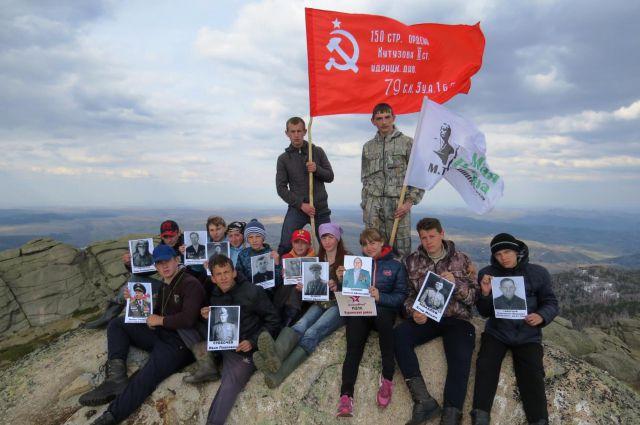 Школьники на вершине Колыванского хребта.