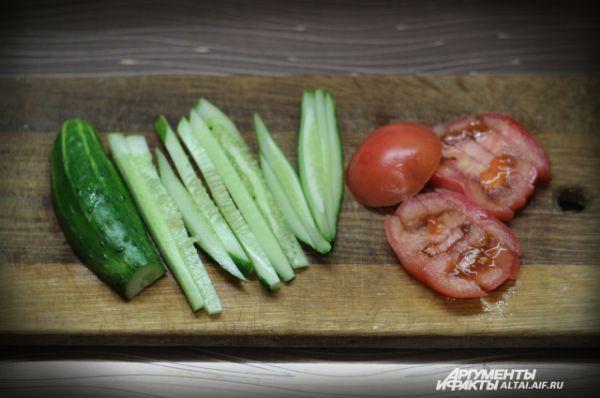 Овощи режем на брусочками. Остужаем рис.