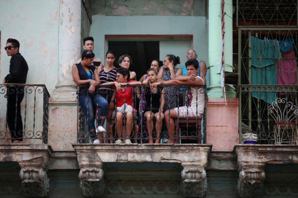 Местные жители на показе Chanel.