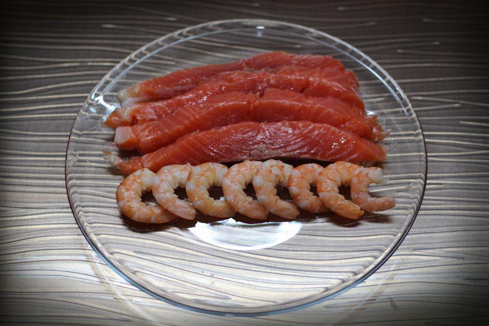 Рыбу режем на бруски в 0,5 см, вареные креветки чистим.