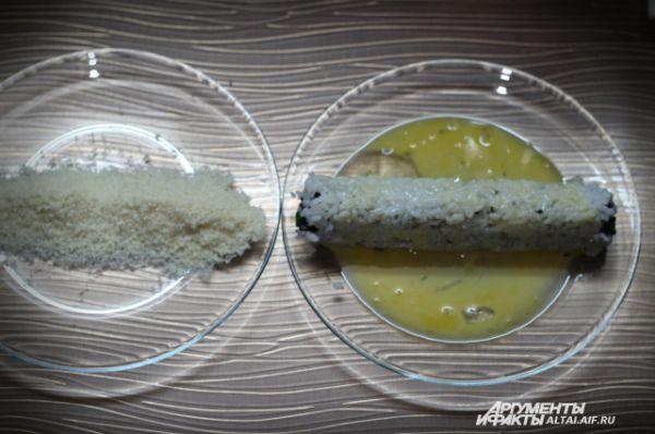 Разогреваем сковороду с растительным маслом. Как только масло начинает «шипеть» берем наш ролл и аккуратно обваливаем его сначала в яйце.