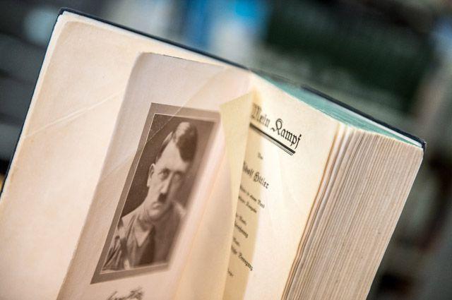 В России публикация и распространение «Майн кампф» запрещены, а вот школьники Баварии в скором времени могут начать изучать на уроках своеобразную «Библию нацизма» — книгу Адольфа Гитлера.