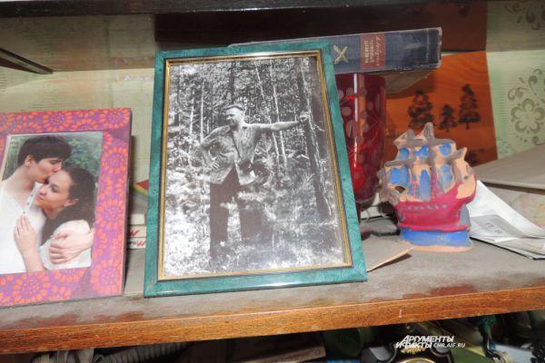 «Война не отпускает», - признается ветеран. И нарочно не держит в квартире снимков тех лет, а лишь фото мирного времени.