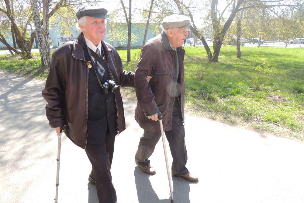 Вместе с Соболевым ветеран отправляется в Сад Победы, навестить выставку военной техники. Последний раз он был на улице осенью: зимой Корнейчук из дому не выходит.