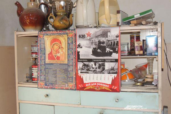 Ветеран обедает на своей небольшой кухне. Продукты приносят родственники: от помощи соцработника Корнейчук отказался сам, много лет назад.