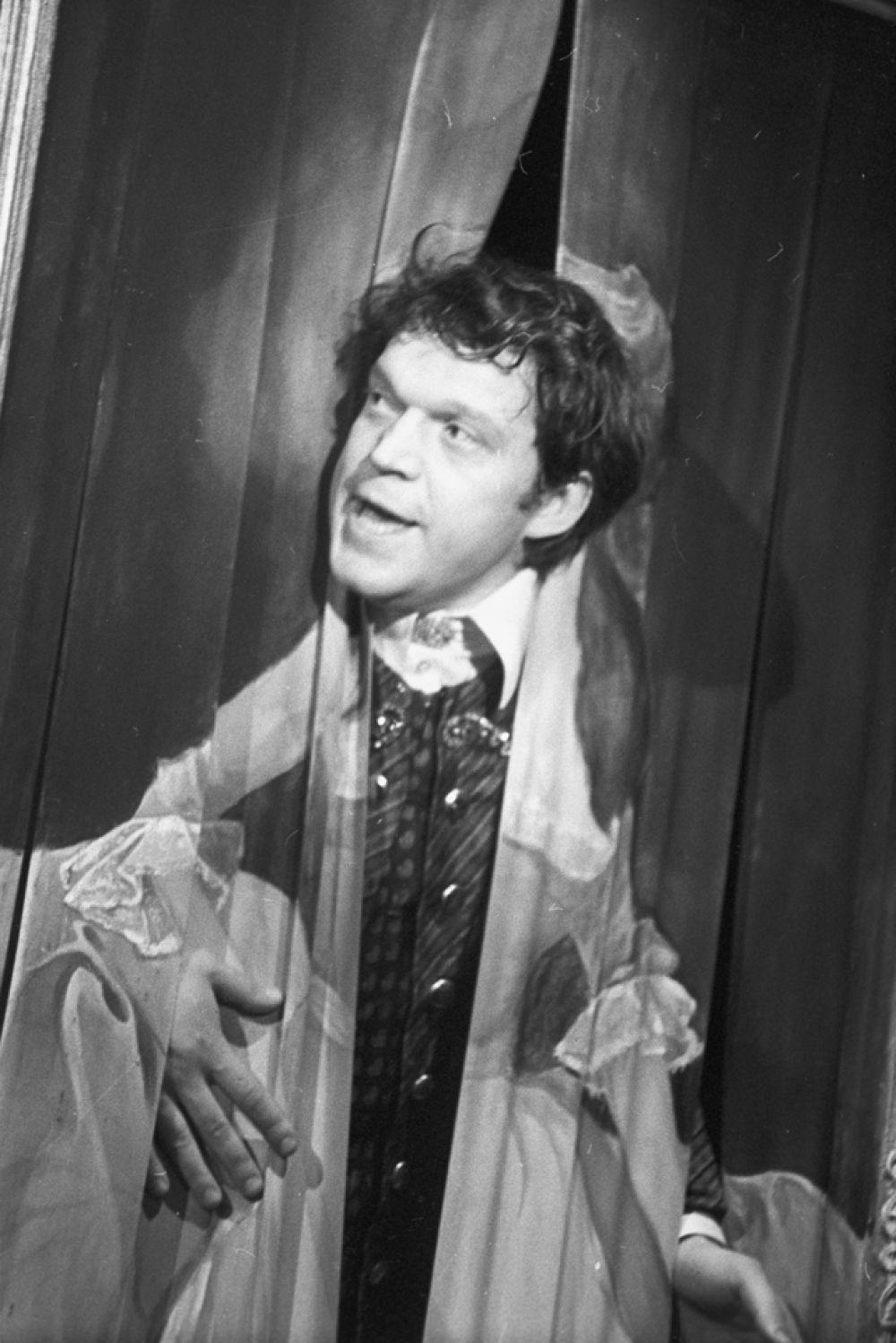 Феликс Антипов вроли Оргона (спектакль «Тартюф» попьесе Ж.Мольера). 1968 год.