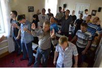 Адепты одной из сект на молитвенном собрании.