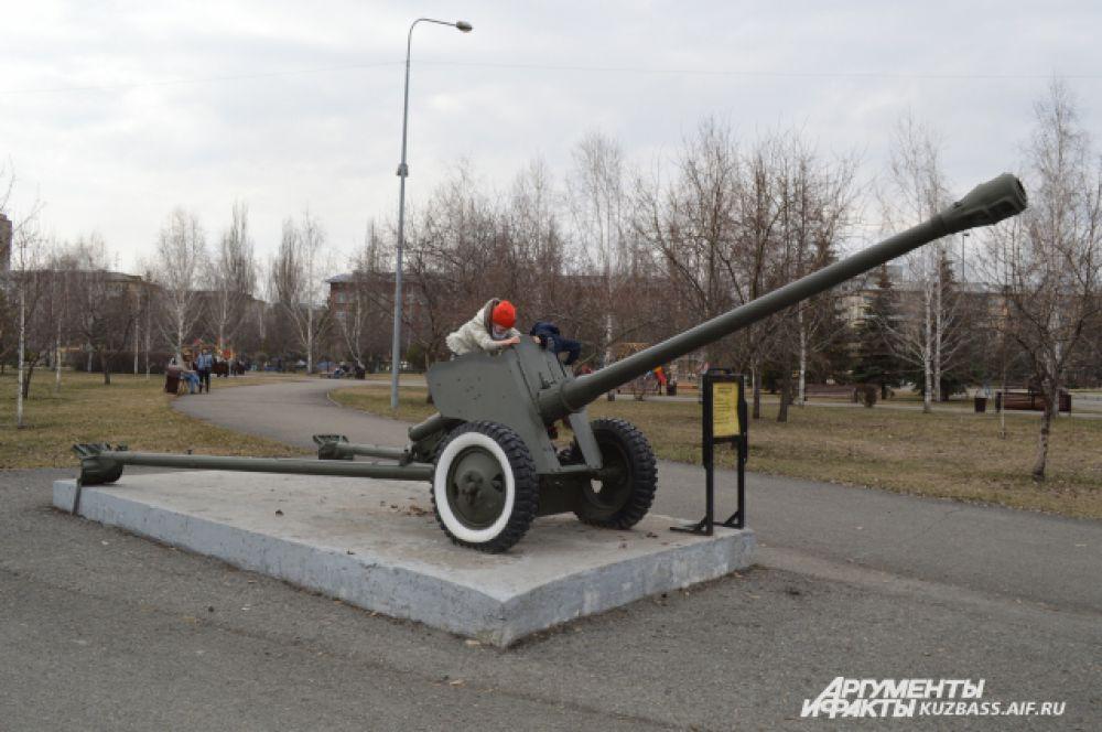 Противотанковая 85-мм дивизионная пушка д-44.  Пушка вмещает 6 человек, стреляет  на дальность 15820 метров до 15 выстрелов в минуту. Масса снаряда 9,5 кг.