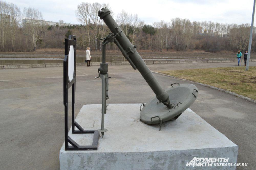 Полковой миномёт в парке им. Жукова. Калибр миномёта 82 мм, начальная скорость мины 272 метра в секунду. Масса оружия в боевом положении 273 кг, скорострельность до 15 выстрелов в минуту, а максимальная дальность стрельбы 6000 метров. Боевой выстрел состоит из мины (весом до 15,9 кг), взрывателя, хвостового ватрока и дополнительных зарядов.