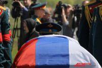 Флаг России, покрывавший гроб Героя, был передан родителям Александра Прохоренко.