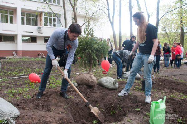 Генеральный директор аптечной сети «Максавит» Максим Юдин посадил дерево в память о погибшем на войне деде.