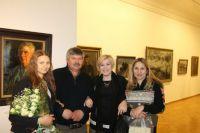 Николай (второй слева) и Татьяна (крайняя справа) Пластовы в галерее Аркадия Пластова в Ульяновске.