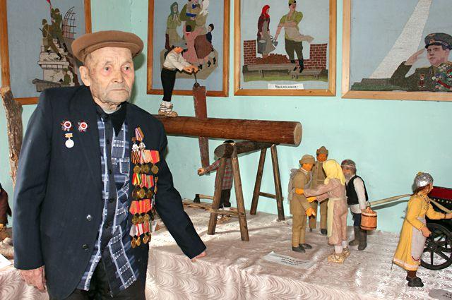 Свои воспоминания о войне Терентий Дверенин воплотил в деревянных скульптурах и вышитых картинах