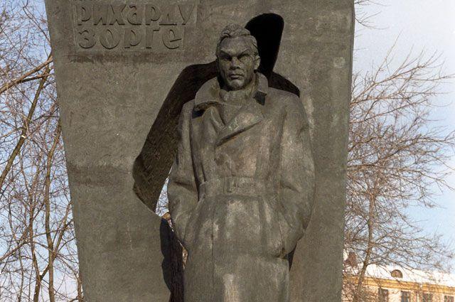Памятник Герою Советского Союза Рихарду Зорге на улице Зорге.