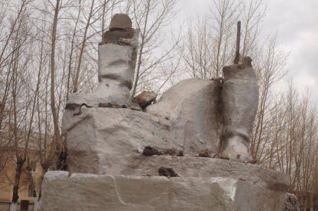 Всё, что осталось от памятника высотой в 4,5 метра.