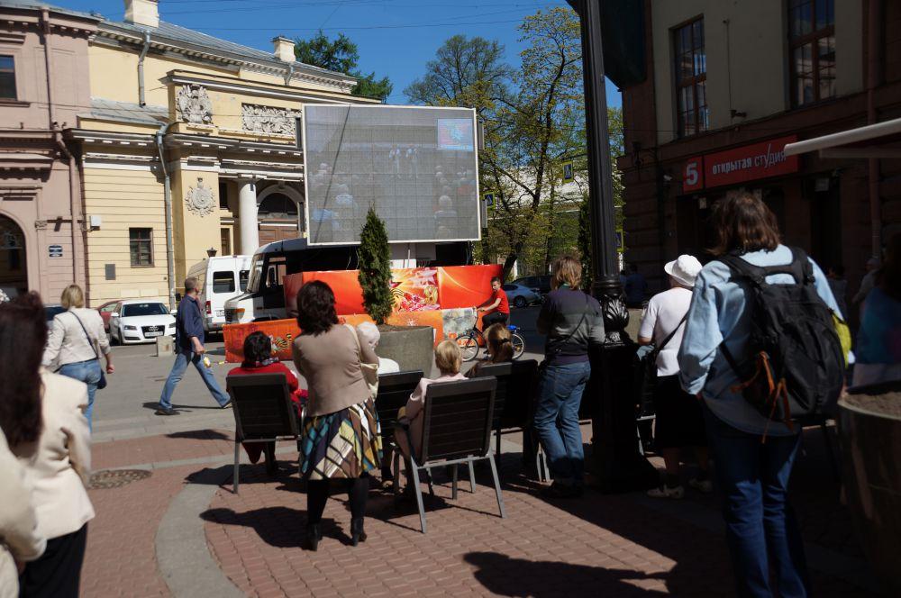 На Малой Садовой посмотреть на гостей собралось немало зрителей.